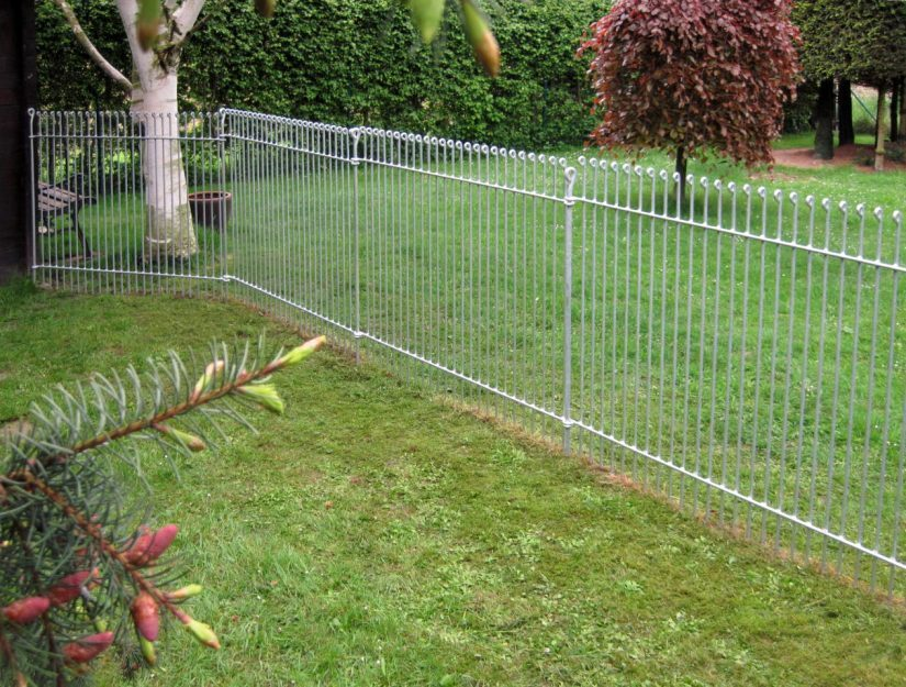 Abtrennung und Auslauf für einen Dackel mit einem Zaun im Garten.