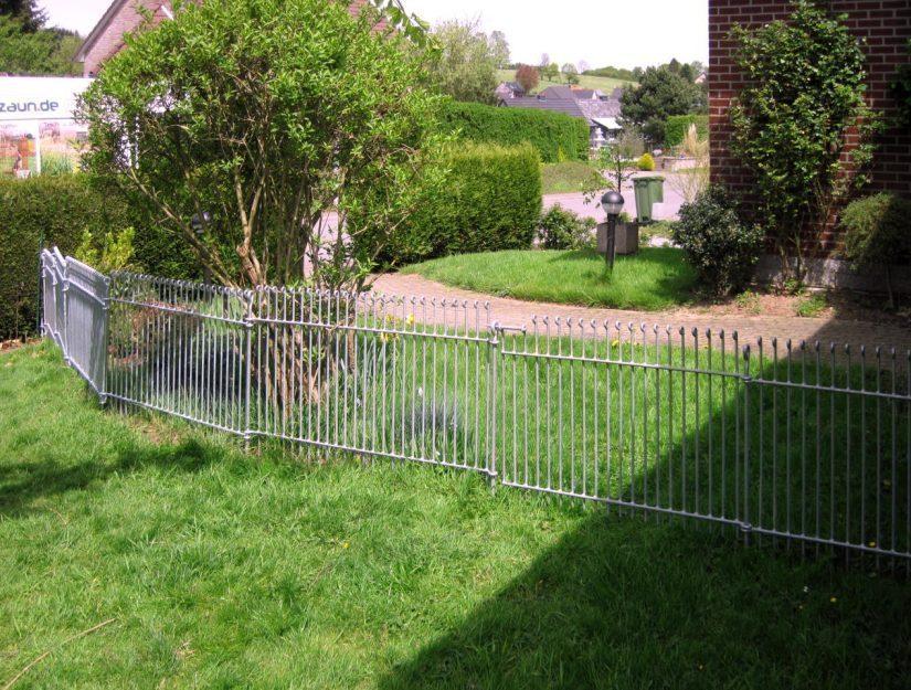 80 cm Zaunhöhe reicht für kleine Hunde meistens aus.