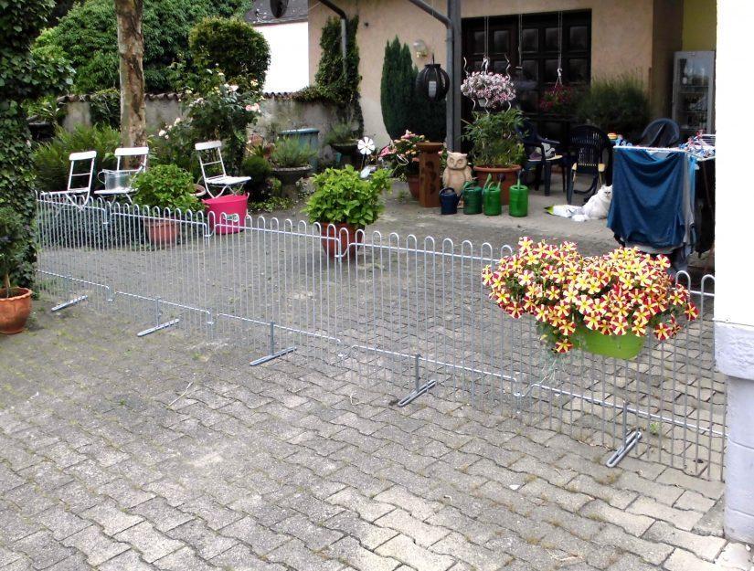L'entrée de la cour est séparée par une clôture.