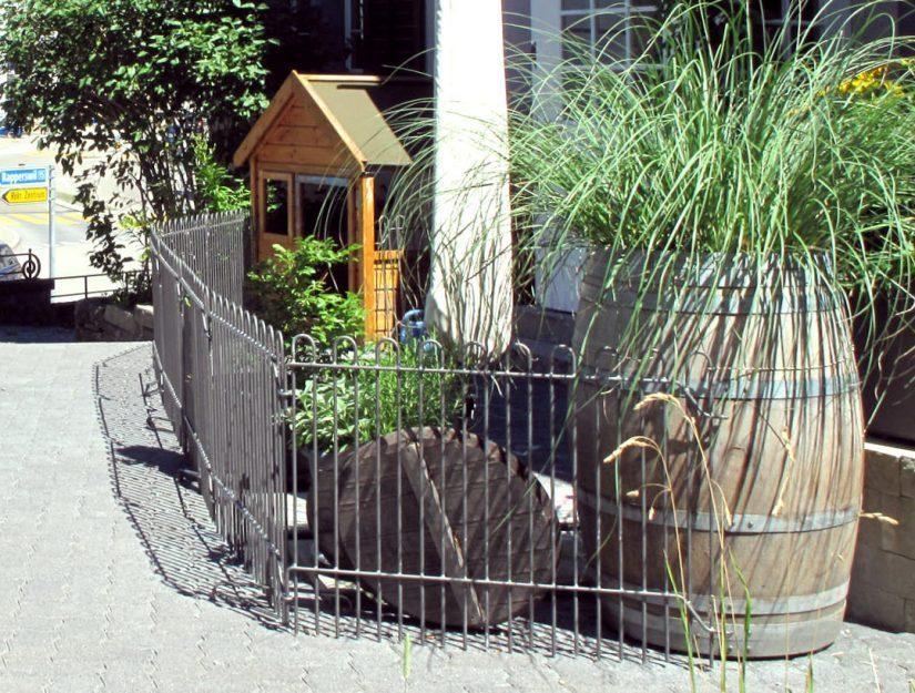 Les grilles de clôture galvanisées ont été peintes par le client avec de la peinture zinc gris graphite.