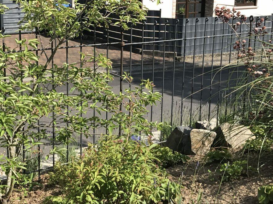 Zaun an Grundstücksgrenze ohne Beton gesetzt