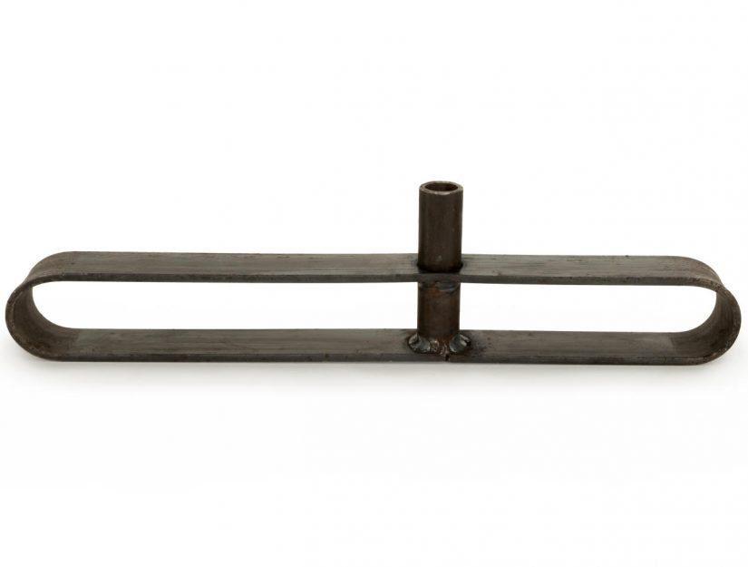 Die Standfüße sind ca. 40 cm lang und 3,5 cm breit. Das Flacheisen ist 0,5 cm dick. Das Rohr ist 9,5 cm hoch und befindet sich, da es nicht in der Mitte angeordnet ist, ca. 16 oder 24 cm vom Ende.