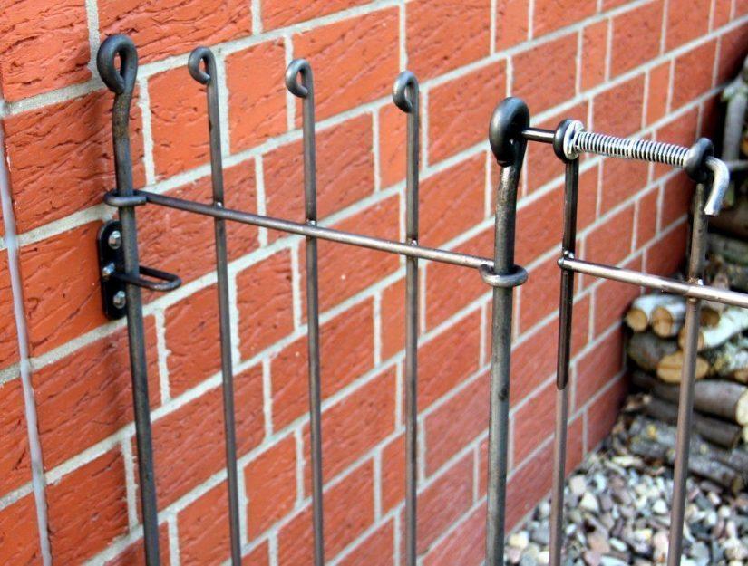 Le support mural vous permet une connexion stable entre la clôture et un mur.