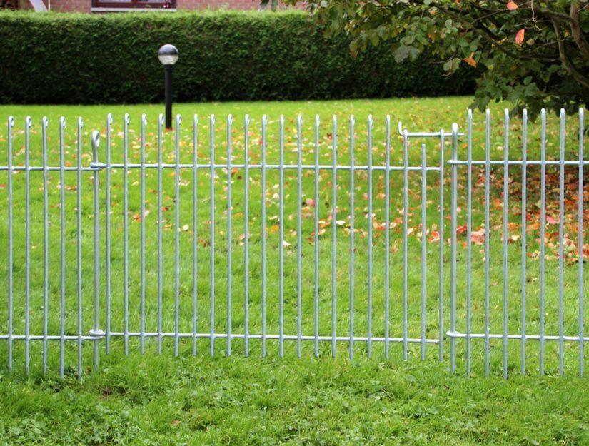 Le chien reste dans le jardin. Cette clôture pour chiots ne rouille pas.