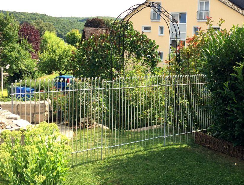 Trennung mit dem Welpenzaun im Garten mit einer Tür als Durchgang.