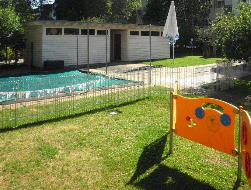 Clôture à mailles serrées galvanisée de 115 cm de haut dans une garderie d'enfants.