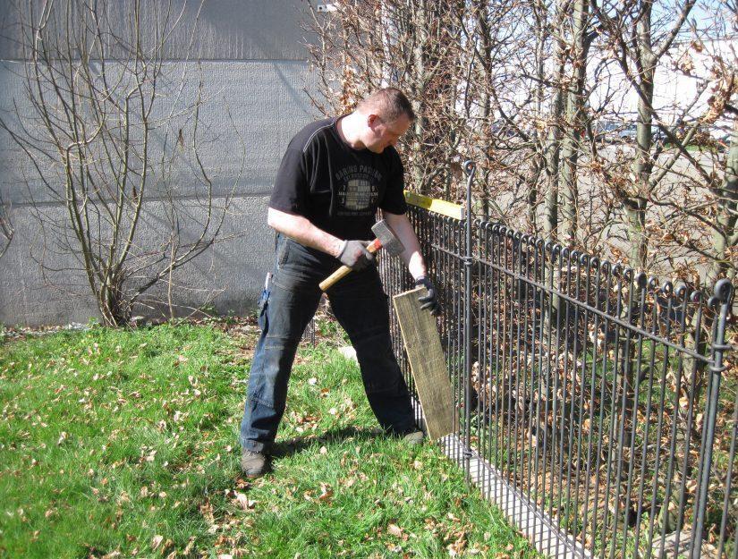 Wasserwaage, einen schweren Hammer und ein Brett reicht schon für den Aufbau.