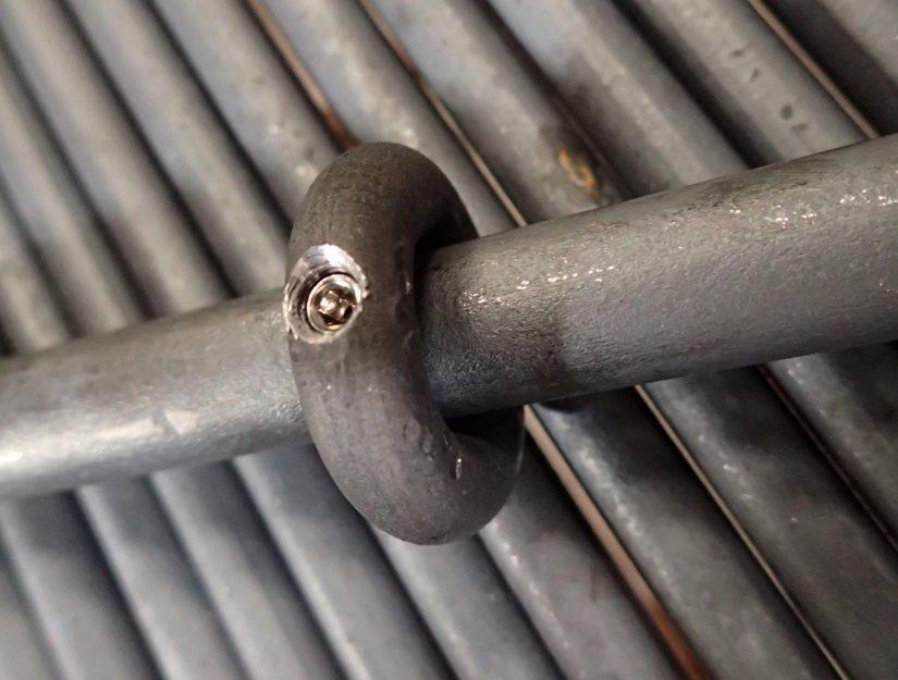 Der Ring wird mit einer M6 Madenschraube an den Verbindungsstab (Ø 1,6 cm) geklemmt.