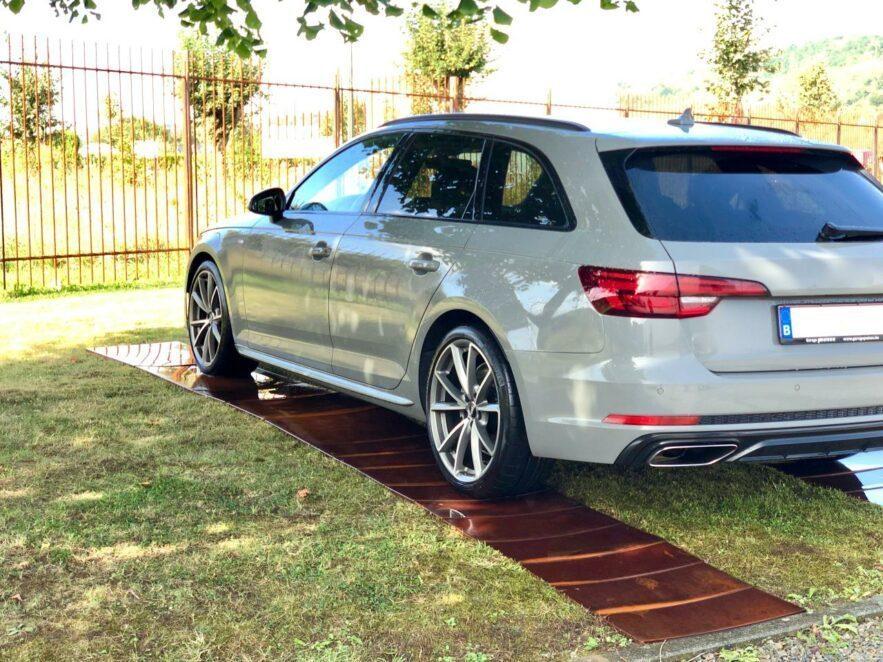 Einen Parkplatz auf dem Rasen anlegen ist mit den Blechplatten kein Problem