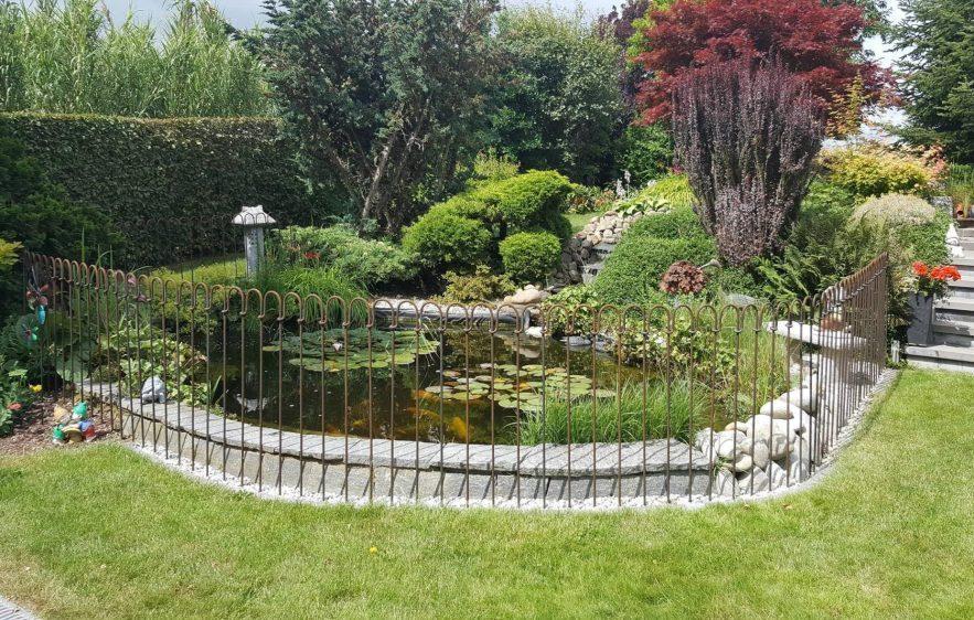 Photo d'une partie de la réalisation avec la clôture d'étang