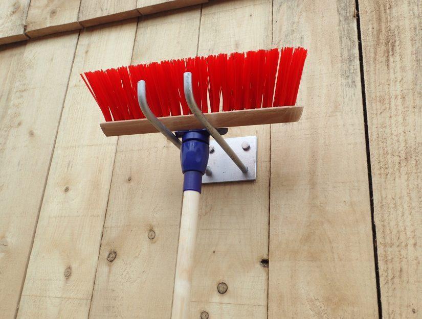 Einfacher Werkzeug- und Besenhalter zum Anschrauben verzinkt.