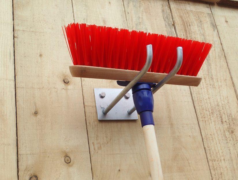 Bis zu 4 Werkzeuge (Besen, Schaufeln, ...) können Sie am einfachen Werkzeughalter aufhängen.