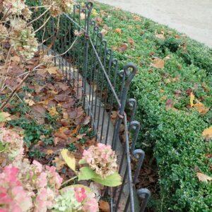 Parterre de fleurs clôturé en décembre 2019 dans un parc du centre de Bruxelles.