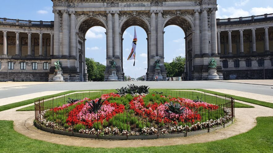 Die Blumen vor dem Triumphbogen werden mit dem Zaun vor Vandalismus geschützt