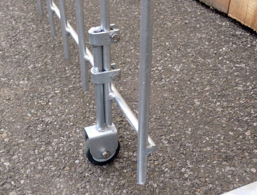 Die Bodenrolle stützt die Tür im geöffneten Zustand und verhindert, dass sie von alleine zufallen kann.