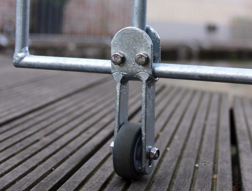 La roulette de guidage soulage l'élément de clôture du côté des charnières et soutient la porte.