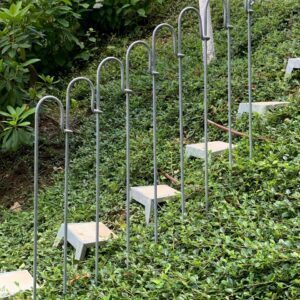 Gesteckte Stufen mit einem Geländer aus Stahl in einer Böschung eingeschlagen