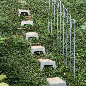 """Für mehr Sicherheit neben der Treppe verbauen Sie als Geländer den melabel®-Steckzaun """"light"""" der aus einzelnen gebogenen Stäben besteht"""