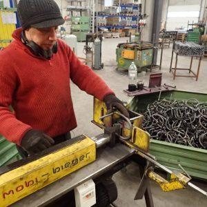 Schlauchhalterung Stahl - die Halter werden vor dem Anschweißen gebogen