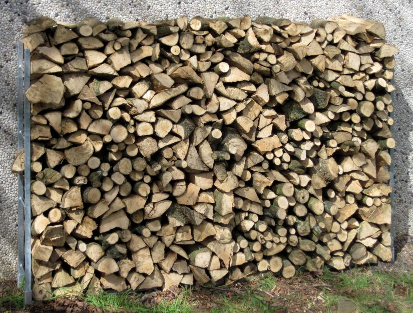 Fertig ist das Brennholzregal hier 250 cm breit. Die Breite ist ab 160 cm erweiterbar.