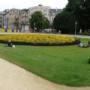 Kreisförmiges Blumenbeet mit rostigem Beetzaun aus Stahl in der Stadt
