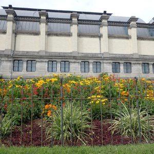 Flexibler Zaun aus Metall um ein Blumenbeet im Stadtpark