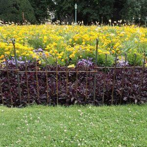 Rostiger Metallzaun als Schutz vor Blumenbeete in einem Park in Brüssel