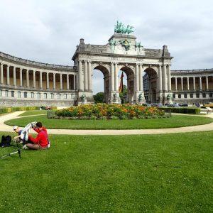 Kreisförmiges Blumenbeet mit rostigem Beetzaun aus Eisen im Jubelpark in Brüssel