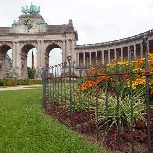 Clôture pour des grandes corbeilles de fleurs dans le parc classé au cœur de Bruxelles