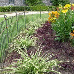 Clôture en acier pour des grandes corbeilles de fleurs dans un parc