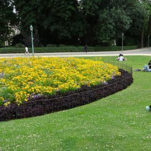 Clôture autour des grandes corbeilles de fleurs dans un parc classé au cœur de Bruxelles