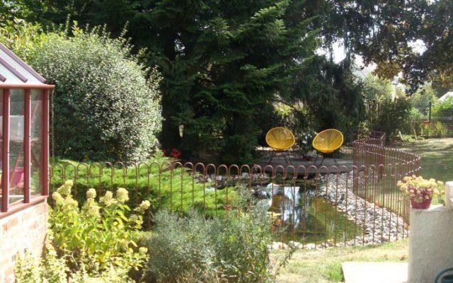 Une clôture en métal autour d'un bassin