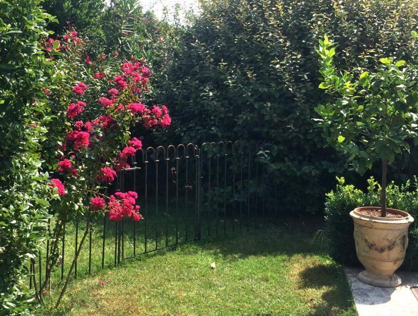 Des éléments de clôture étang avec le portillon dans le jardin paysager.