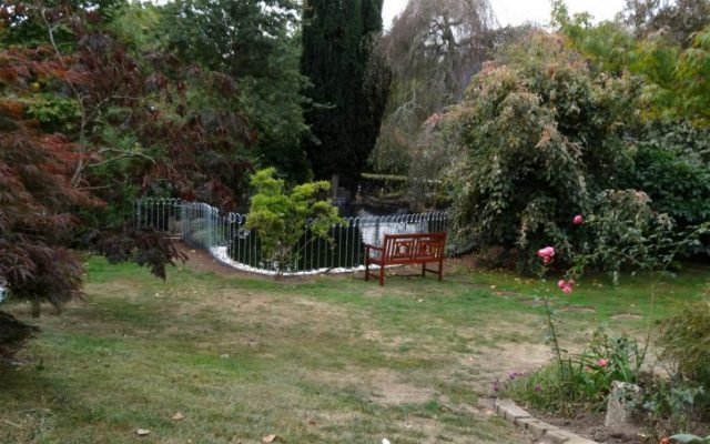 Clôture placée autour du bassin en protection sécurité pour les enfants