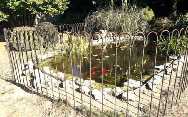 25 Meter langer Steckzaun um unseren Teich