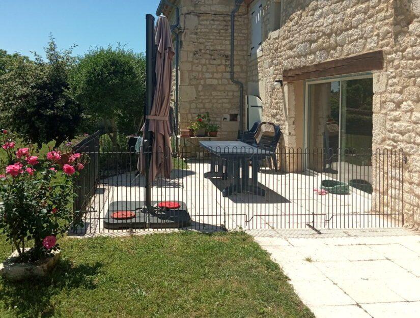 99 cm hoher Zaun mit Standfüßen auf einer Terrasse in Frankreich.