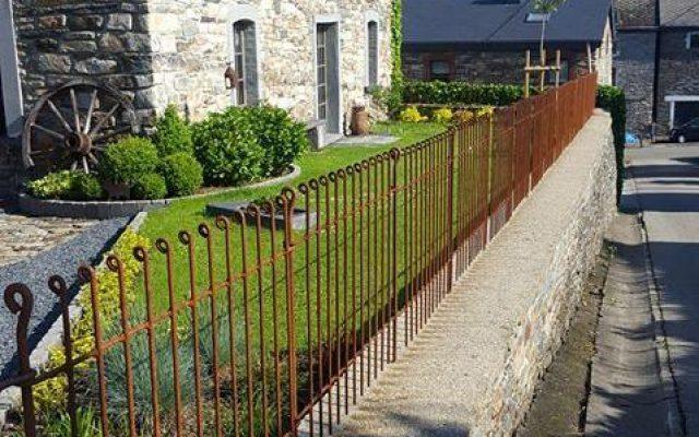 Rostiger Zaun auf einer Mauer