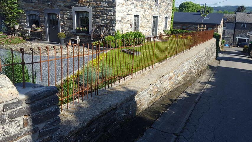 Rostiger Zaun Auf Einer Mauer Melabel Steckzaune