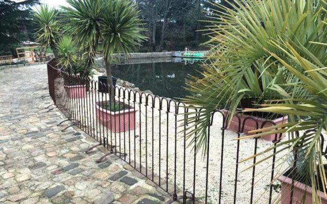 Braun lackierter Zaun um einen See