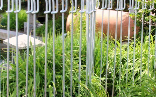 Teichzaun in zwei Reihen aufbauen, ergibt einen engeren Stababstand