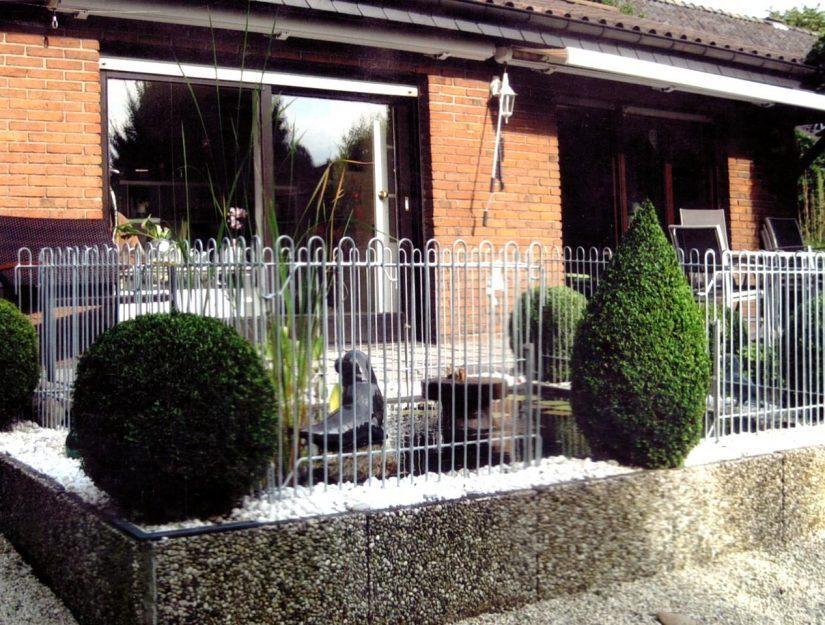 Zaun aus verzinktem Eisen um ein Becken mit Wasser auf der Terrasse.