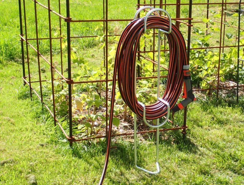 Le support de tuyau galvanisé sur pied peut être laissé à l'extérieur toute l'année.