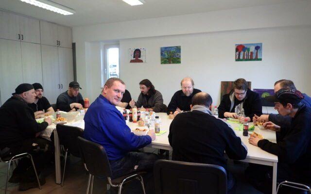 Betriebsversammlung mit Fritten essen