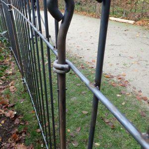 Ganz leicht mit dem Hammer gebogener Zaun