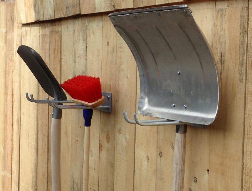Werkzeug- und Schaufelhalter zum Anschrauben verzinkt.