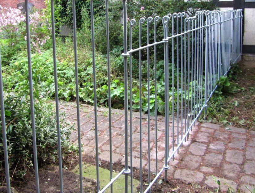 Das doppelflügelige Tor anneau lässt sich problemlos im Zaun integrieren.