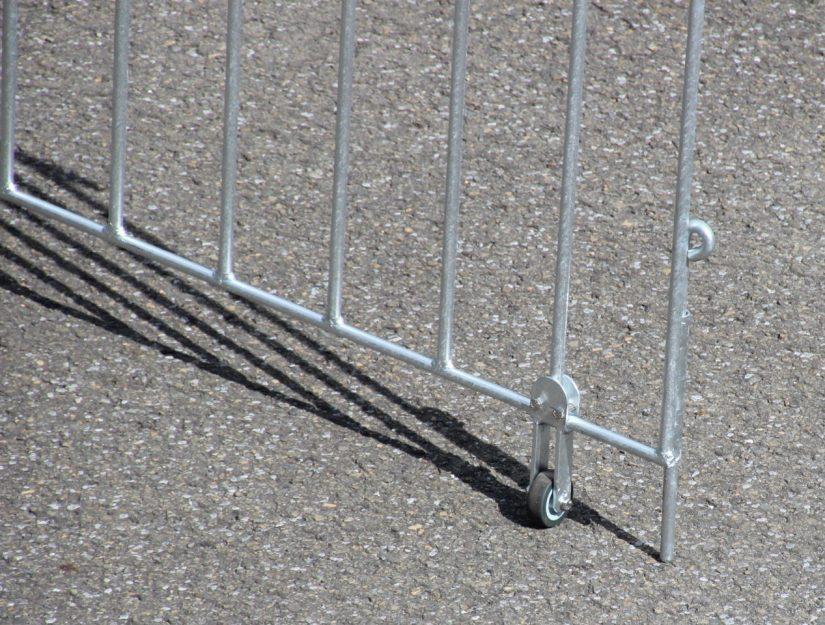 Bodenriegel und Bodenrolle an einem geöffnetem Tor.