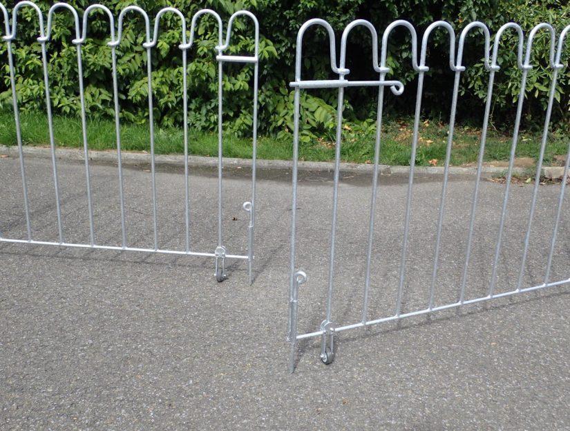 Ein Torflügel ist leicht geöffnet. Das Tor hier ist verzinkt - rostet nicht.
