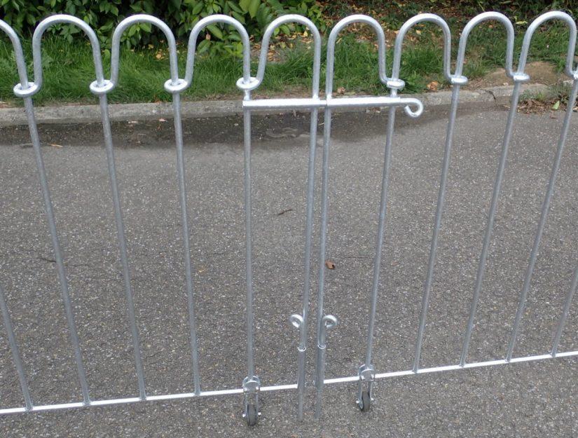Die doppelflügeligen Tore haben 3 normale Durchsteckriegel (keinen kindersicheren Federriegel).