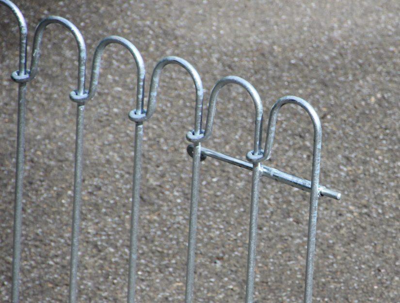 Durchsteckriegel am geöffnetem Tor.